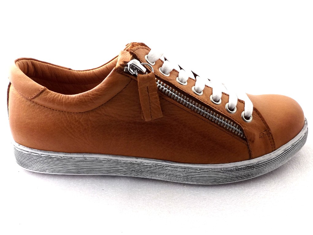 Andrea Conti cognac sneaker.